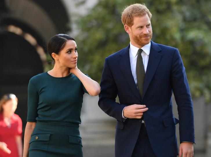 Фото №1 - Провокация или ошибка: почему Гарри и Меган все еще используют королевскую символику