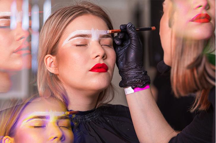 Фото №1 - Цветные пряди, глиттер и инклюзивная косметика: как не запутаться в новейших бьюти-трендах