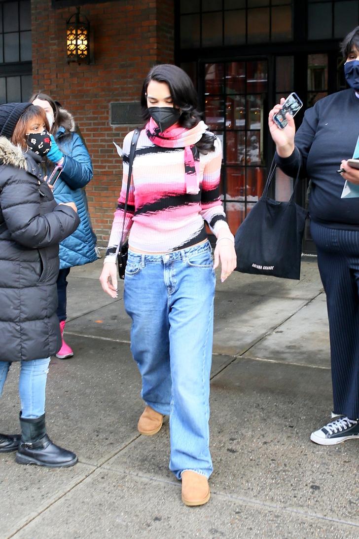 Фото №1 - Главная тенденция 2021: джинсы багги, которые носит Дуа Липа