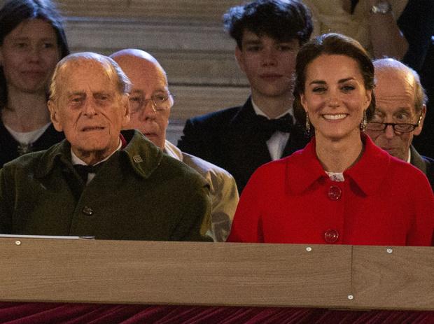 Фото №1 - Неожиданная забота: как принц Филипп помог Кейт освоиться во дворце