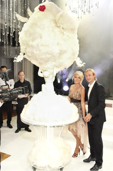 Яна Рудковская и Евгений Плющенко с тортом-облако