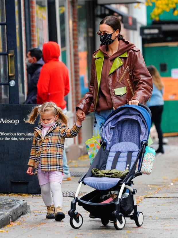 Фото №3 - Ирина Шейк вышла погулять с дочкой в джинсах за 500 000 рублей