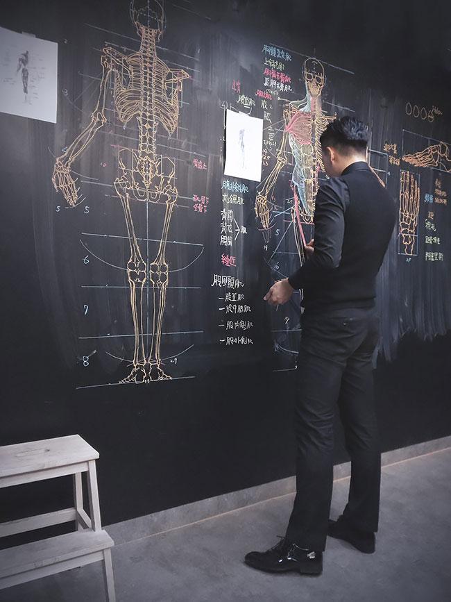 Фото №1 - Преподаватель анатомии создает невероятно художественные рисунки на доске