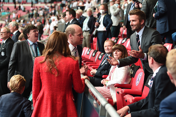 Фото №2 - Красный— символ победы: Кейт Миддлтон в жакете Zara на футболе