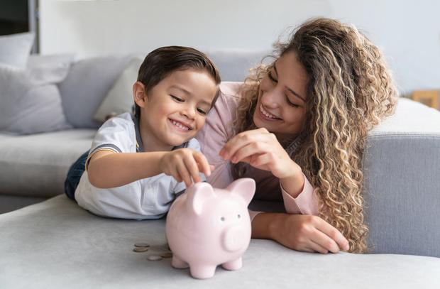 Фото №1 - Как воспитать у ребенка правильное отношение к деньгам
