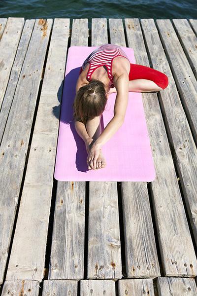 Фото №1 - 12 асан йоги, опасных для здоровья