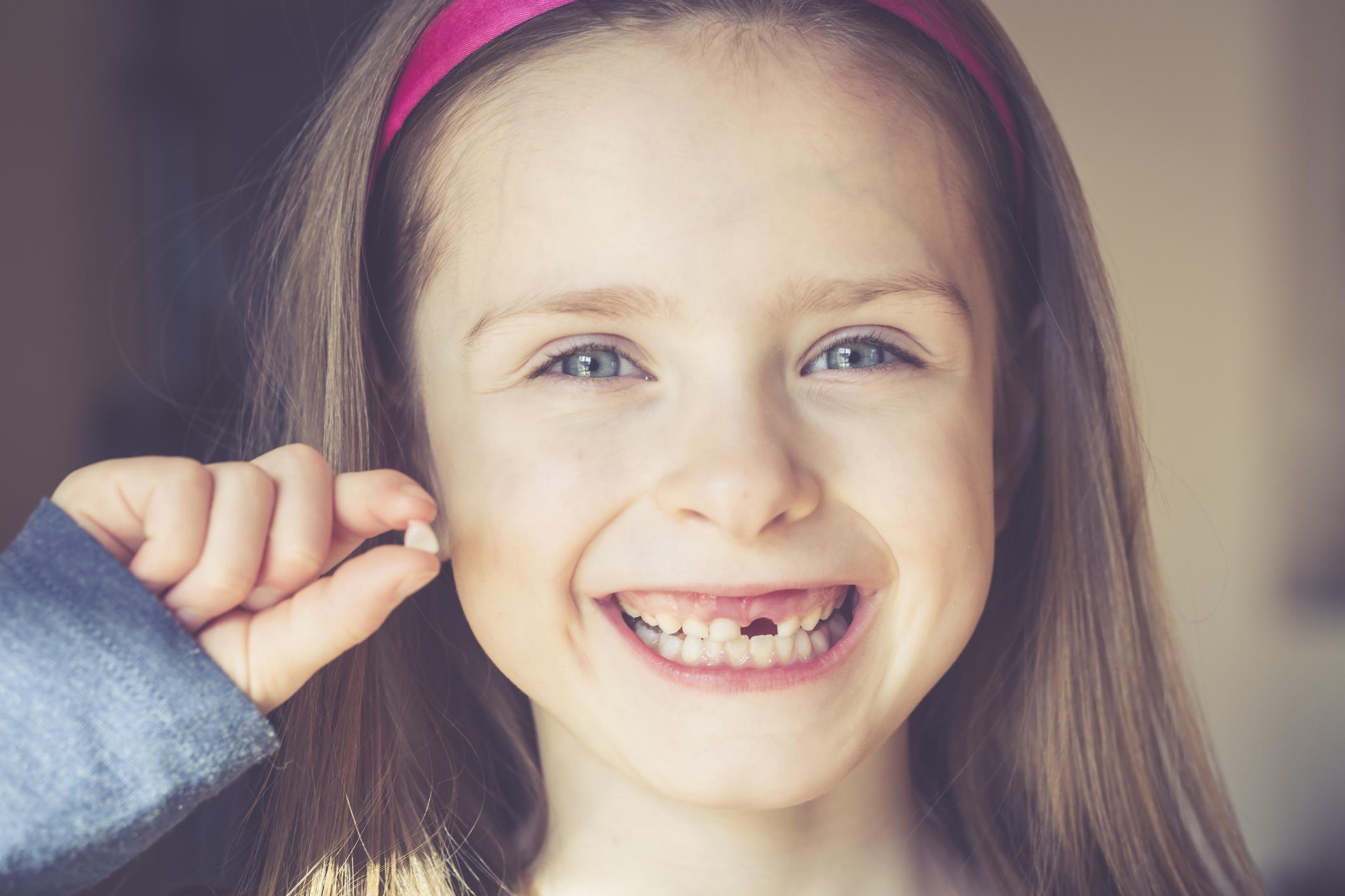 В каком возрасте у детей выпадают молочные зубы.