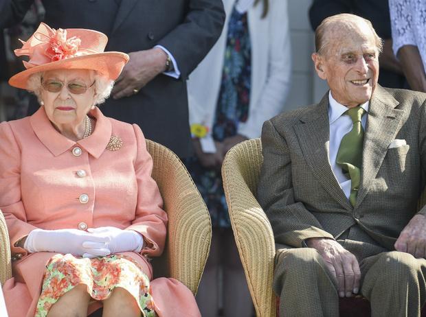 Фото №1 - Как принц Филипп заставил Королеву краснеть из-за его шутки