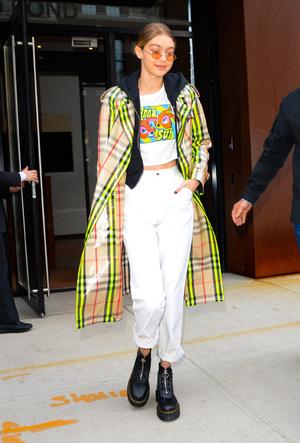Фото №4 - 3 сочетания с белыми джинсами, которые облегчат сборы