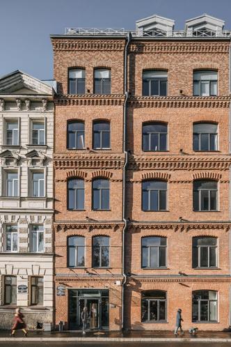Фото №1 - Жемчужно-серый офис в историческом здании Петербурга