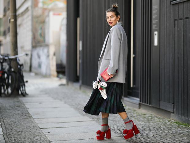 Фото №4 - 9 стильных способов, как носить шелковый платок
