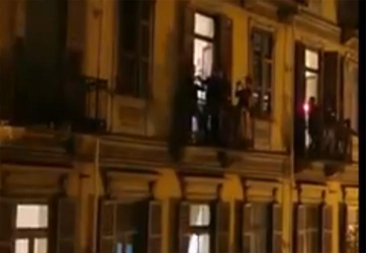 Фото №1 - Видео про итальянцев, поющих Рианну на балконах, оказалось фейком. Но оригинал еще смешнее