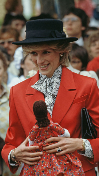 Фото №2 - Любимый предмет гардероба: как принцесса Диана носила жакеты и блейзеры— 30 вдохновляющих примеров