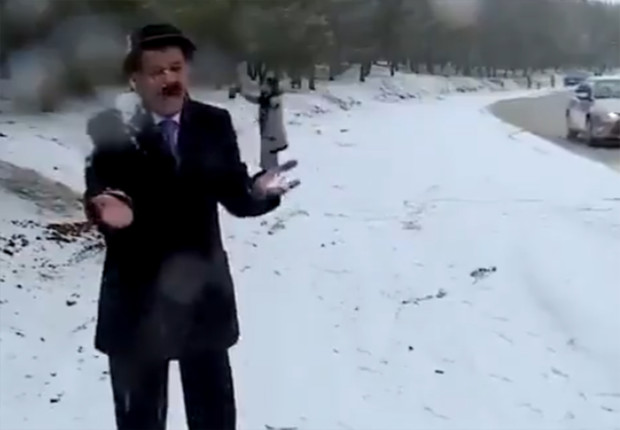Фото №1 - В Ираке ведущего прогноза погоды смешно забросали снежками в прямом эфире (видео)