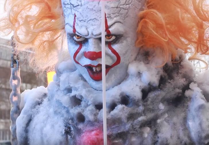 Фото №1 - Саровский художник слепил из снега Пеннивайза и усадил его во дворе на качели (видео)