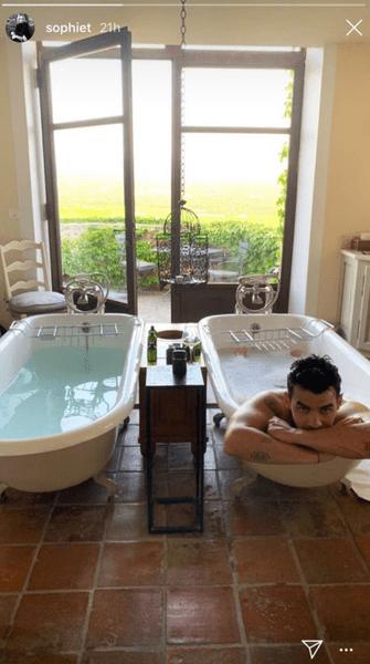 Фото №1 - Софи Тернер запостила обнаженное фото Джо Джонса из ванной в Инстаграм
