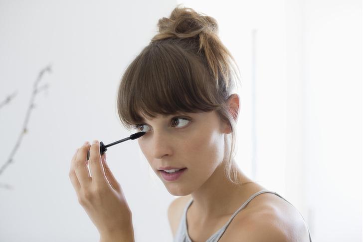 Фото №3 - Страшно смотреть: что будет, если не смывать макияж глаз 👀