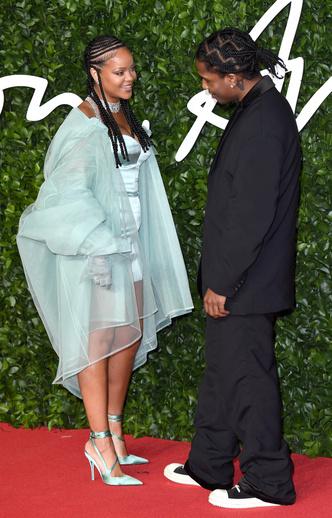 Фото №43 - Это слишком: как Рианна «помешалась» на одежде oversize