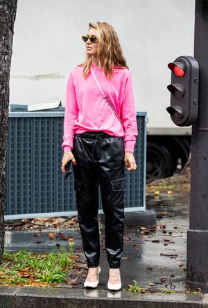 Фото №8 - Как носить кожаные брюки: самые стильные и простые сочетания