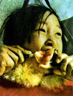 Мясо едят, ловко обрезая его ножом прямо под носом.
