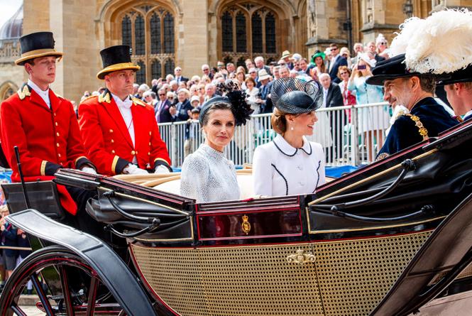 Фото №2 - Герцогиню Кейт упрекнули в грубом общении с королевой Летицией