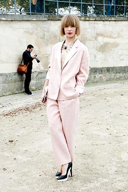 Розовый брючный костюм