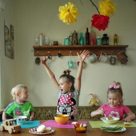 Дети едят суп фото
