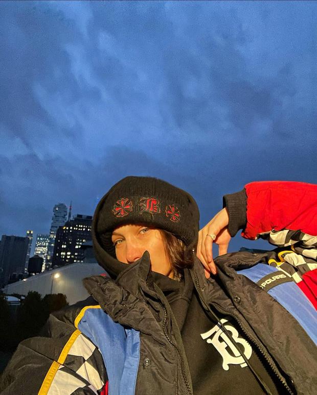 Фото №3 - Худи Burberry, пуховик из 90-х и шапка собственного сочинения: Белла Хадид явно не боится модных экспериментов