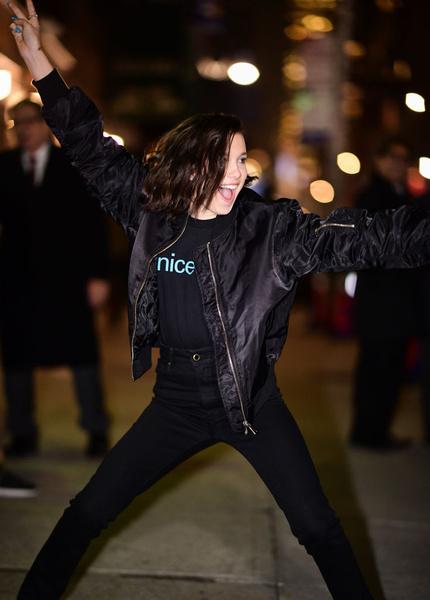 Фото №1 - Look дня: Оденься в черный как Милли Бобби Браун и стань иконой стиля