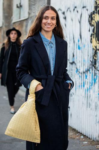 Фото №2 - Расширяем гардероб: 5 способов носить джинсовую рубашку в офис