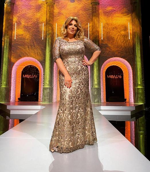 Фото №1 - Похудевшая Екатерина Скулкина гордо позирует в «царском» платье