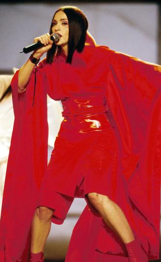 Фото №15 - Королева провокаций: 10 скандальных нарядов Мадонны, которые изменили моду