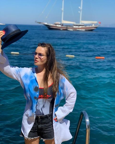 Фото №2 - Муж Екатерины Андреевой сфотографировал ее в микрошортах