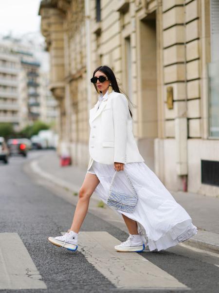 Стильные платья 2021. Мастхэвы сезона 2021. Актуальное платье. Модное платье белое. Стильное платье длины макси.