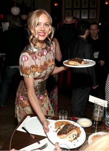 Фото №12 - Дикие пищевые привычки звезд: вода с солью, сэндвич с чипсами, пицца с начинкой из пасты и немного глины на закуску