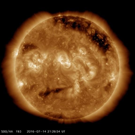 Фото №1 - Ученые показали «раздраженное лицо» Солнца
