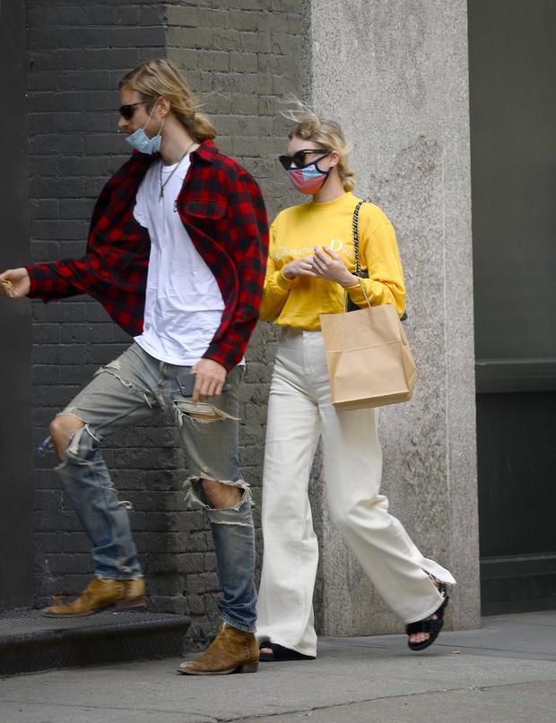 Фото №2 - Какие джинсы подойдут для жаркого лета? Показывает Эльза Хоск