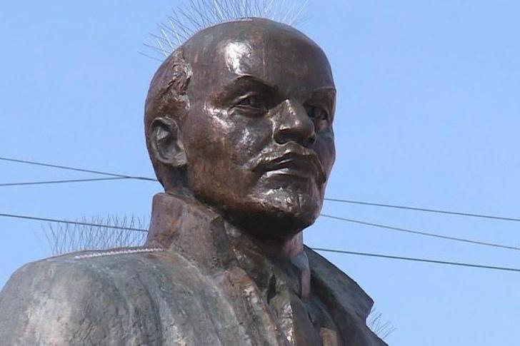 Фото №2 - В Магадане на памятник Ленину установили шипы для отпугивания птиц и он стал похож на панка (фото)
