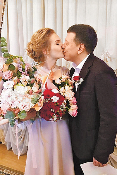 """Мария Лавыгина: «Букет невесты составили из красных и белых роз, а также из хлопка, чтобы он выглядел по-зимнему пушистым. Муж пошутил, что такое сочетание напоминает ему цвета любимого """"Спартака"""", за который он всю жизнь болеет, но это его интерпретация,"""