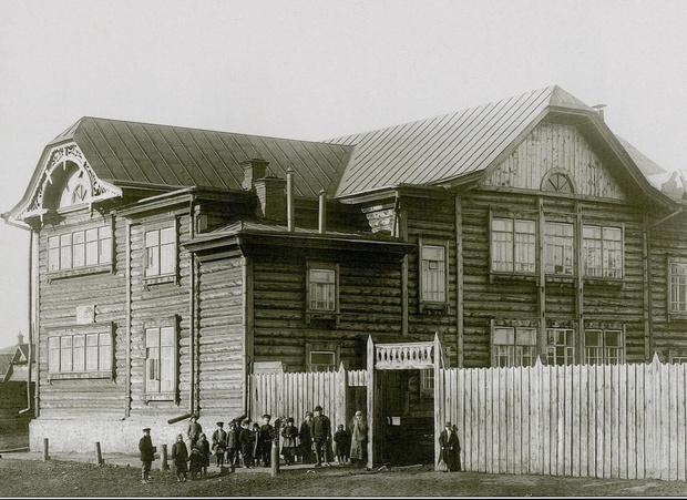 Первая в Николаевке школа. Некоторые дома до сих пор сохранили похожий архитектурный вид. Теперь их намерены снести
