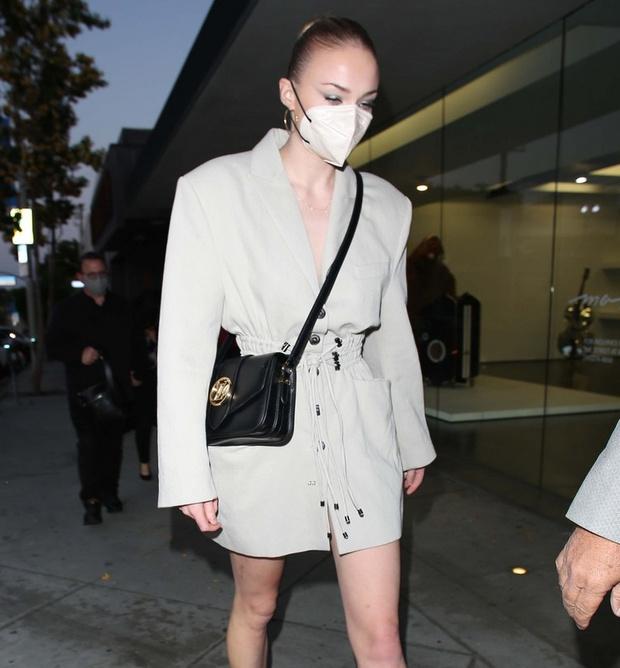 Фото №2 - Платье или пиджак? Софи Тернер показала бесконечно длинные ноги во время свидания с мужем
