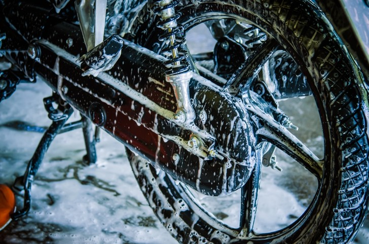 Фото №8 - Гусеницы, саморезы, седло с подогревом: 5 интересных фактов о зимней езде на мотоцикле