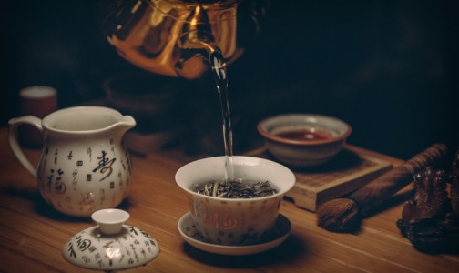 Фото №1 - Поможет ли чай протрезветь и почему его нельзя пить горячим? Отвечают диетологи