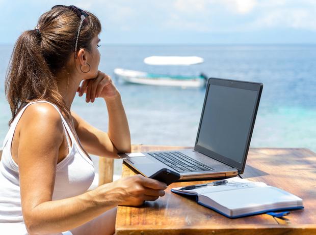 Фото №1 - Как поступить, если вас просят работать во время отпуска?