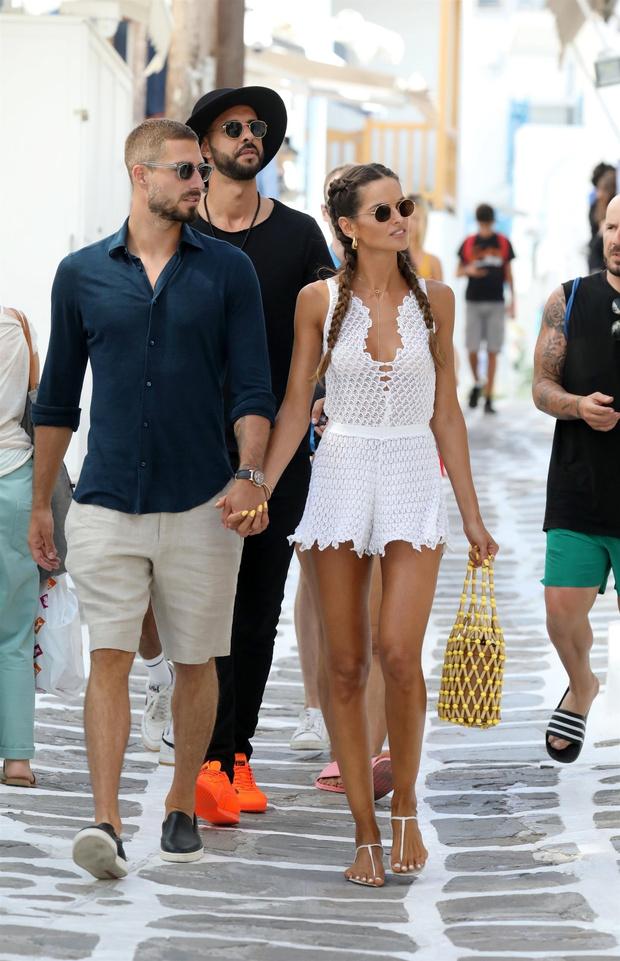 Фото №1 - Фантастически-красивая пара: модель Изабель Гулар и футболист Кевин Трапп на островной прогулке