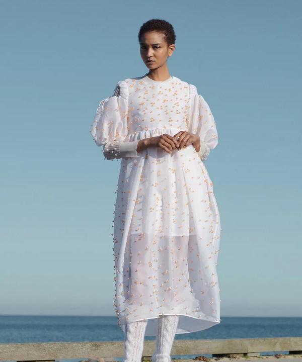 Следующей осенью носите воздушные платья с шерстяными носками, как на показе Cecilie Bahnsen