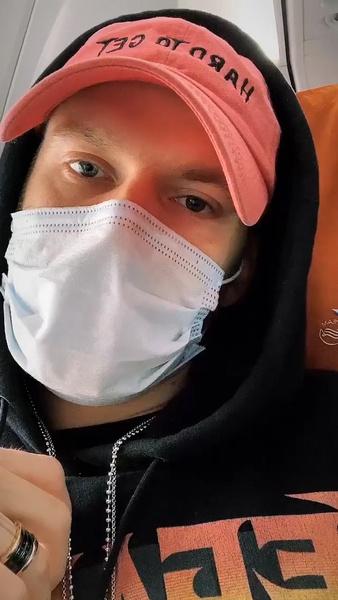 Фото №1 - Заразившийся коронавирусом «холостяк» Криворотов активно посещает общественные места
