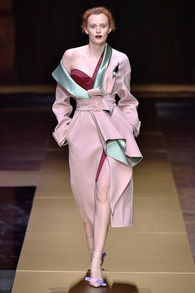 Фото №2 - Плащи Haute Couture и туфли с бантами на парижском показе Versace