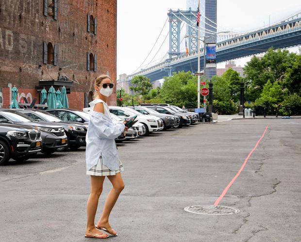 Фото №3 - Летняя многослойность: Оливия Палермо показывает свежий способ носить шорты и топ