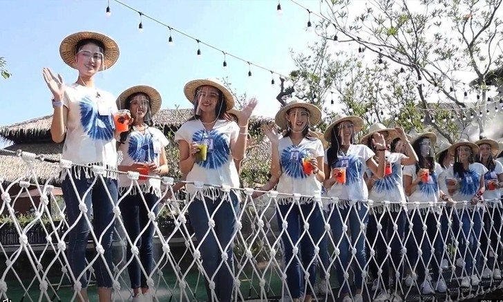 Фото №1 - Участницы конкурса «Мисс Таиланд» падают с моста в реку (красивое видео)